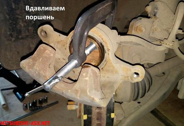 Замена передних тормозных колодок на Митсубиси АСХ
