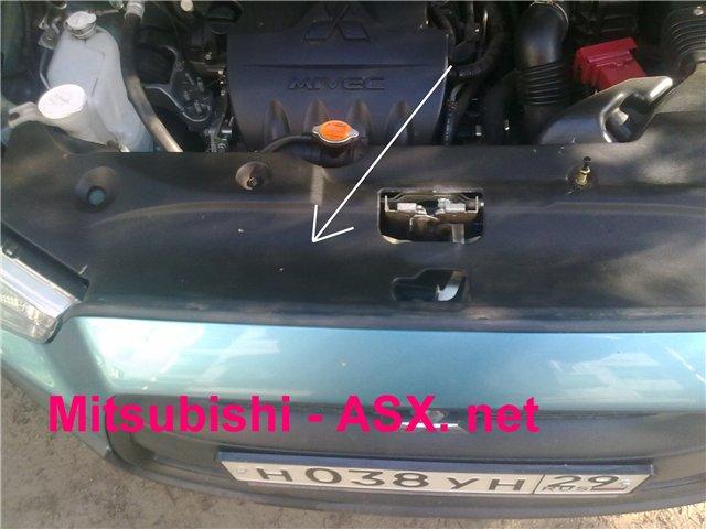 Снимаем пластиковую крышку под капотом автомобиля Mitsubishi ASX