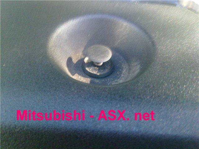 Снимаем пластиковую крышку под капотом автомобиля Митсубиси АСХ
