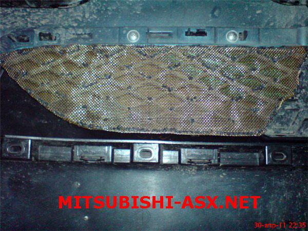 Сетка в решетке радиатора Mitsubishi ASX